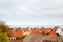 Vista dos telhados e do oceano em Visby, Gotland fotos de stock royalty free