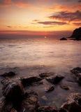 Vista dramática de la puesta del sol del mar Fotos de archivo libres de regalías