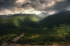 Vista dramática de las montañas del Cáucaso fotos de archivo libres de regalías