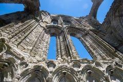 Vista dramática de las paredes whitby de la abadía en luz del sol Imagen de archivo libre de regalías