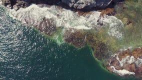 Vista dramática del acantilado rocoso escarpado en el mar Vista que sorprende del mar azul
