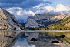 Vista dramática del lago Tenaya, parque nacional de Yosemite Imagen de archivo libre de regalías
