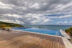 Vista dramática del mar de desatención de la piscina y de la cubierta en un día nublado en Pomos, Chipre Imagen de archivo libre de regalías
