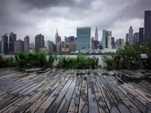 Vista dramática em Manhattan New York do Queens Imagem de Stock Royalty Free