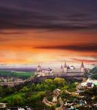 Vista dramática no castelo em Kamianets-Podilskyi imagem de stock