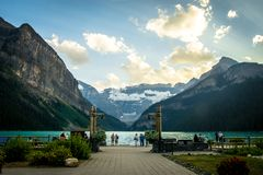 Vista drammatica dal castello Lake Louise che conduce nelle montagne nel parco nazionale di Banff fotografie stock