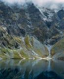 Vista drammatica del lago dell'alta montagna Fotografie Stock