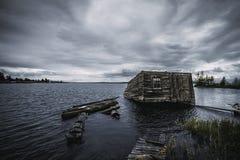 Vista drammatica del lago karelia con la vecchia casa di barca Immagine Stock Libera da Diritti