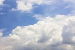 Vista drammatica di panorama di cielo blu e delle nuvole Immagini Stock