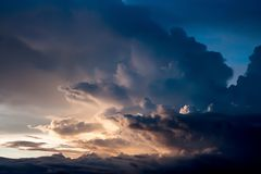 Vista drammatica di panorama dell'atmosfera di bei cielo e Cl di tramonto Fotografie Stock