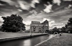 A vista Dreamlike dos timoneiros trava, moinho Georgian velho do ferro, Addlestone Fotos de Stock