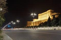 Vista durante a noite na frente do palácio do parlamento em Bucareste fotos de stock