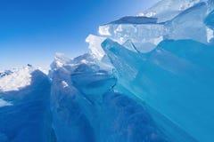 Vista e através do gelo em campos congelados do Lago Baikal imagens de stock royalty free
