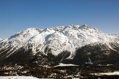 Vista e colore stupefacenti di una montagna nevosa nelle alpi Svizzera Fotografie Stock