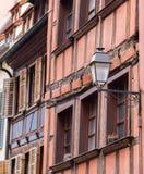 Vista e lampada della via con l'Alsazia che costruisce Strasburgo Fotografia Stock