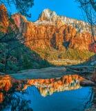 Vista e riflessione delle montagne nevose dalla traccia di Emerald Pool Zion National Park l'utah U.S.A. immagini stock