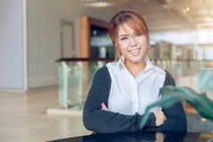 Vista e sorriso asiáticos das mulheres do escritório para negócios em moderno imagem de stock