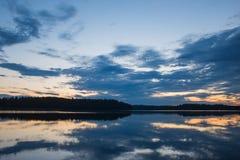 Vista e tramonto del lago Immagini Stock