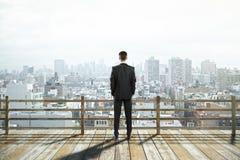 Vista ed uomo d'affari della città Fotografie Stock Libere da Diritti