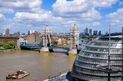 Vista el puente de la torre de Londres, ayuntamiento y de Canary Wharf Fotos de archivo libres de regalías