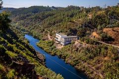 Vista elettrica della stazione di controllo della diga dalla cima nel Portogallo fotografie stock libere da diritti
