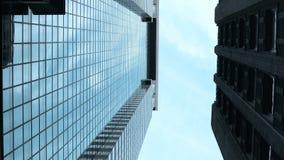 Vista elevado da rua do negócio em New York, América Arranha-céus de vidro e concretos no distrito financeiro dos EUA filme