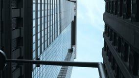 Vista elevado da rua em New York, América Arranha-céus de vidro e concretos no distrito financeiro dos EUA filme