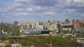 Vista elevado sobre a cidade de Kiev Nuvens de flutuação filme