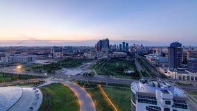 Vista elevado sobre a noite do distrito financeiro do centro da cidade e da central ao dia Timelapse, Cazaquistão, Astana video estoque