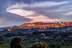 Vista em Agrigento na noite Imagens de Stock Royalty Free