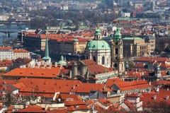 Vista em ambos os bancos de rio de Praga do centro Imagem de Stock