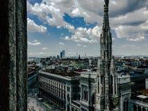 Vista em arranha-céus e em arquitetura da cidade imagens de stock