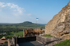 Vista em Badascony do castelo de Szigliget Fotos de Stock