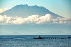 Vista em Bali do oceano, vulcano nas nuvens Imagens de Stock Royalty Free