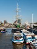A vista em barcos do lançamento no primeiro plano e no verde coloriu o shi da navigação imagem de stock royalty free