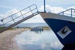 Vista em barcos no Lago Baikal da ilha de Ogoy fotos de stock royalty free