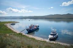 Vista em barcos no Lago Baikal da ilha de Ogoy fotografia de stock royalty free