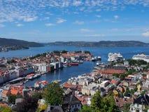 A vista em Bergen e o porto da montanha cobrem Imagem de Stock Royalty Free