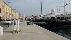 A vista em Birgu e em porto do iate vídeos de arquivo