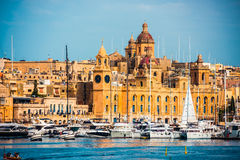Vista em Birgu e o porto com barcos foto de stock royalty free