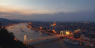 Vista em Budapest do monte de Gellert Panorama de Budapest no por do sol da montanha imagem de stock