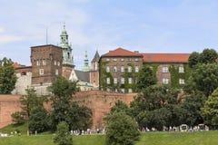 Vista em bulevares reais do castelo e do Vistula de Wawel, Krakow Fotografia de Stock
