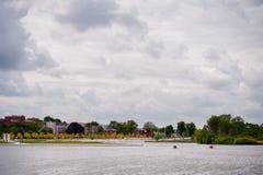 Vista em Burgsee, lago do castelo, em Schwerin, Alemanha no dia nublado imagens de stock