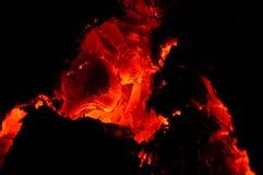 Vista em carvões ardentes quentes vivos da lenha na chaminé imagens de stock royalty free