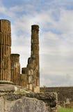 Vista em colunas romanas antigas do fórum e em ruínas, Pompeii, Itália Fotos de Stock Royalty Free