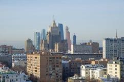 Vista em construções de Moscou da altura, Rússia Imagens de Stock
