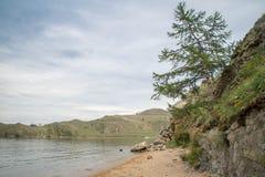 Vista em costas rochosas do passo pequeno do mar do Lago Baikal imagens de stock