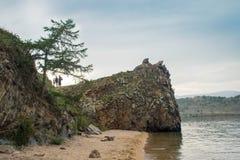 Vista em costas rochosas do passo pequeno do mar do Lago Baikal foto de stock
