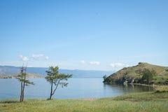 Vista em costas rochosas do passo pequeno do mar do Lago Baikal imagens de stock royalty free