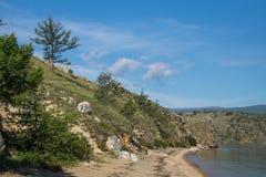 Vista em costas rochosas do passo pequeno do mar do Lago Baikal foto de stock royalty free